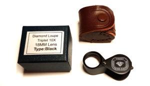 Lupp 18 mm triplet med 10X förstoring Levereras med läderetui och liten ask.